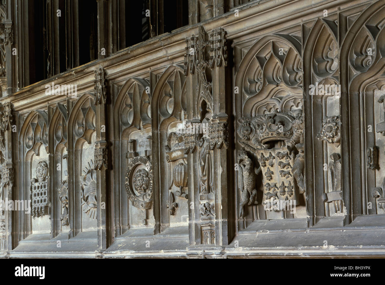 Worcester Cathedral: Heraldry symbols carved in south facade of Prince Arthur's chantry chapel. Tudor Rose - Stock Image