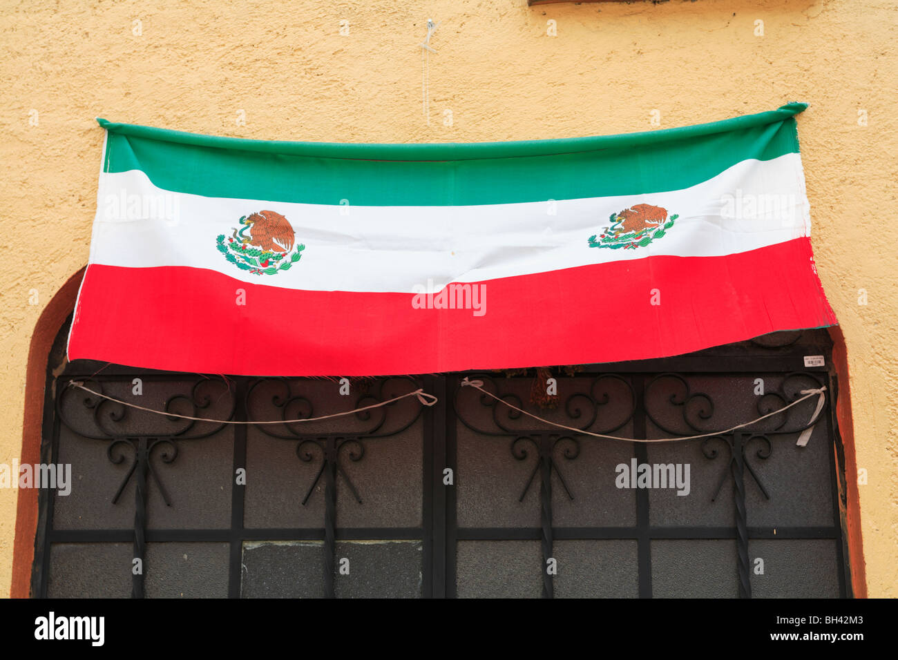 Mexican Flag, Tepoztlan, town near Mexico City where many city dwellers escape to for the weekend, Morelos, Mexico - Stock Image