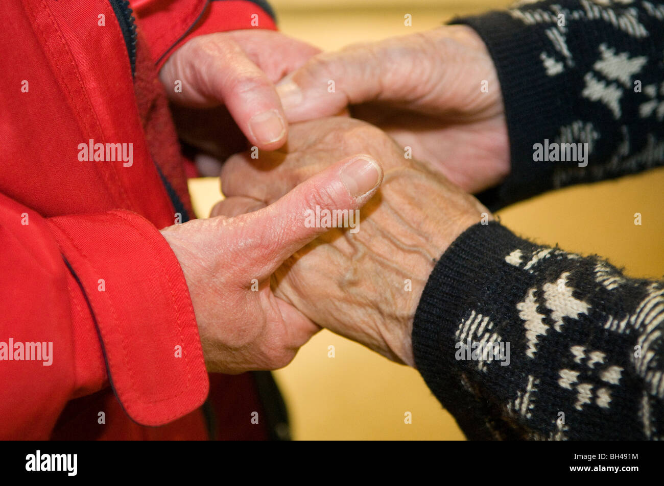 Holding hands in an old people's home - Stock Image