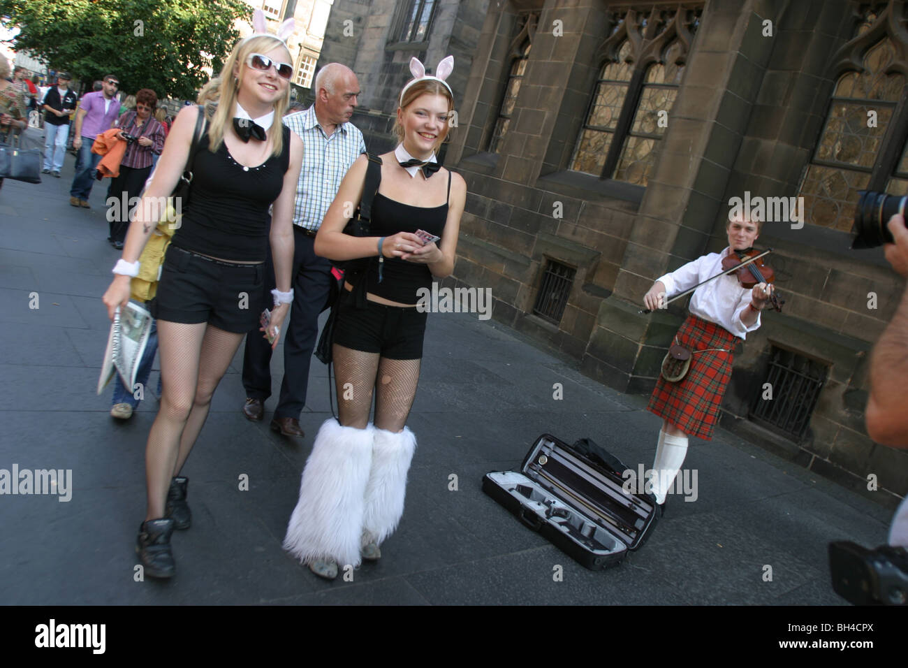 FRINGE FESTIVAL PERFORMERS ON ROYAL MILE, during Edinburgh International Arts Festival, EDINBURGH, SCOTLAND. 2003. - Stock Image