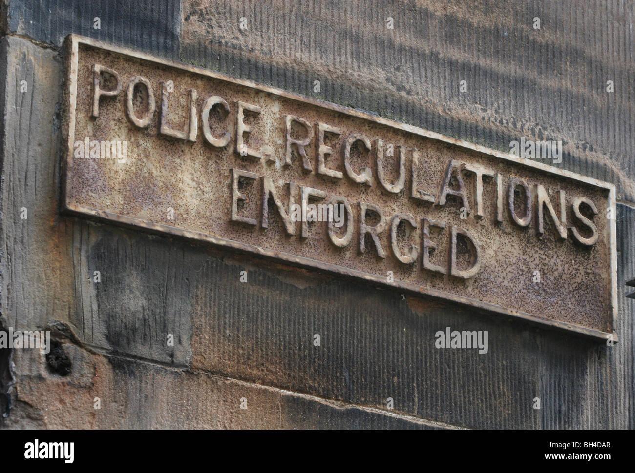 'POLICE REGULATIONS ENFORCED' SIGN, ROSE STREET, EDINBURGH, SCOTLAND.22.08.06 - Stock Image