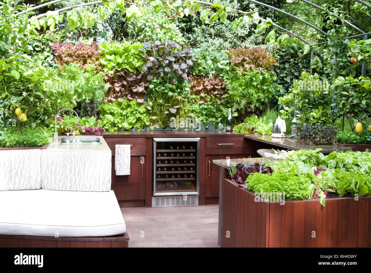 RHS Chelsea Flower Show 2009 Outdoor kitchen Stock Photo: 27758247 ...