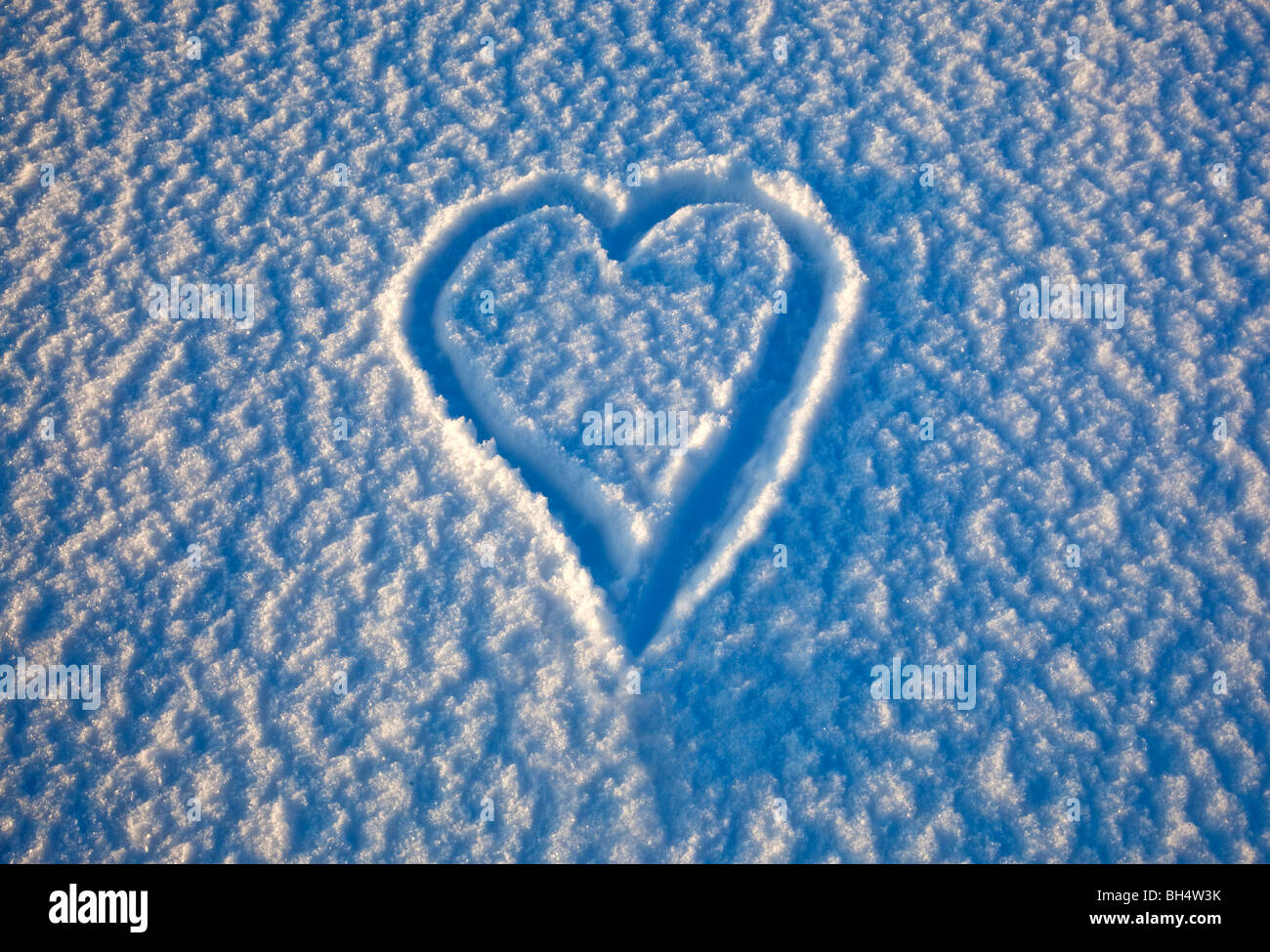 a love heart drawn in the snow - Stock Image