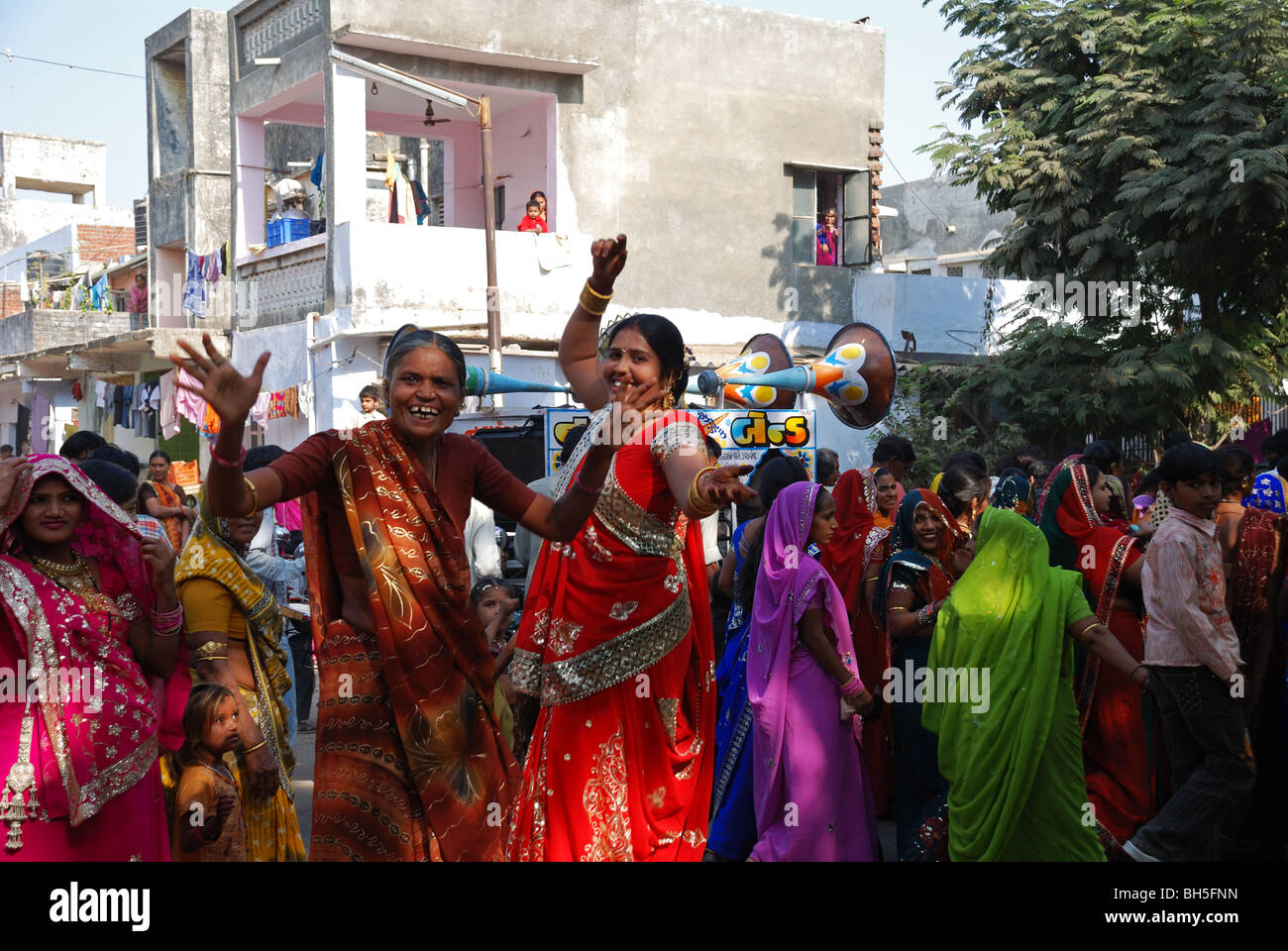 Wedding procession in the street in Ahmedabad, Gujarat, India. - Stock Image