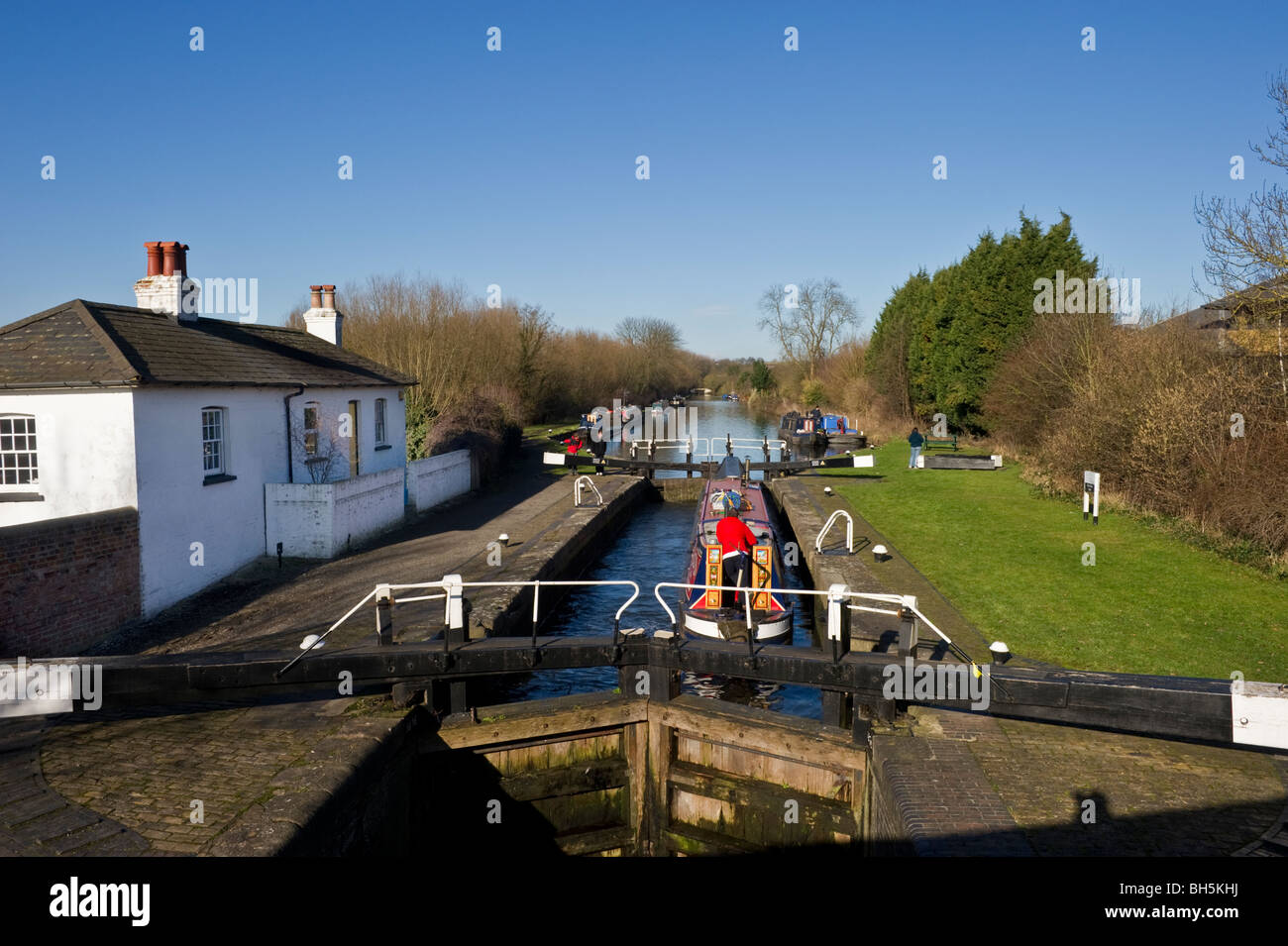 A lock keeper's cottage next to closed canal lock gates at the Grand Union Canal near Harefield Middlesex West - Stock Image