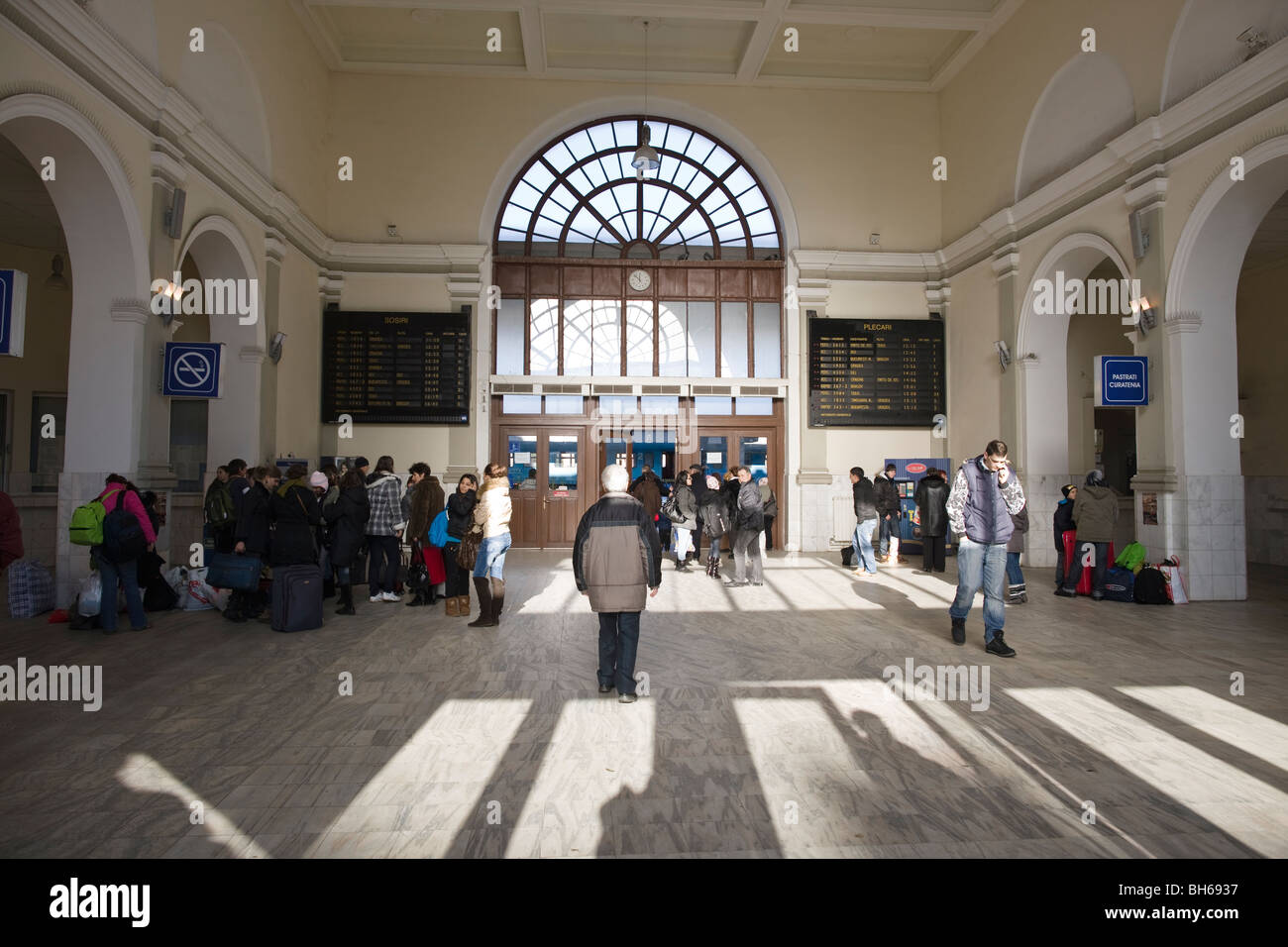 Travelers in the main hall of Cluj-Napoca's (Romania) main station - Stock Image