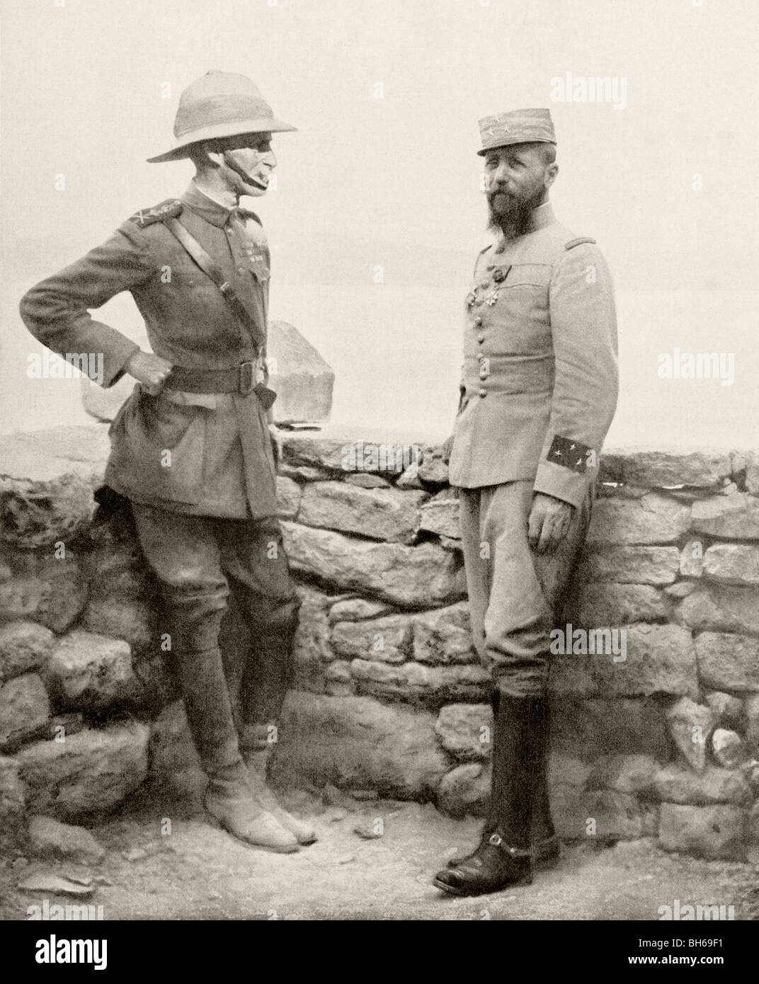 English General Sir Ian Hamilton (left) and French General Henri Gouraud (right) meet during the Dardenelles Campaign - Stock Image