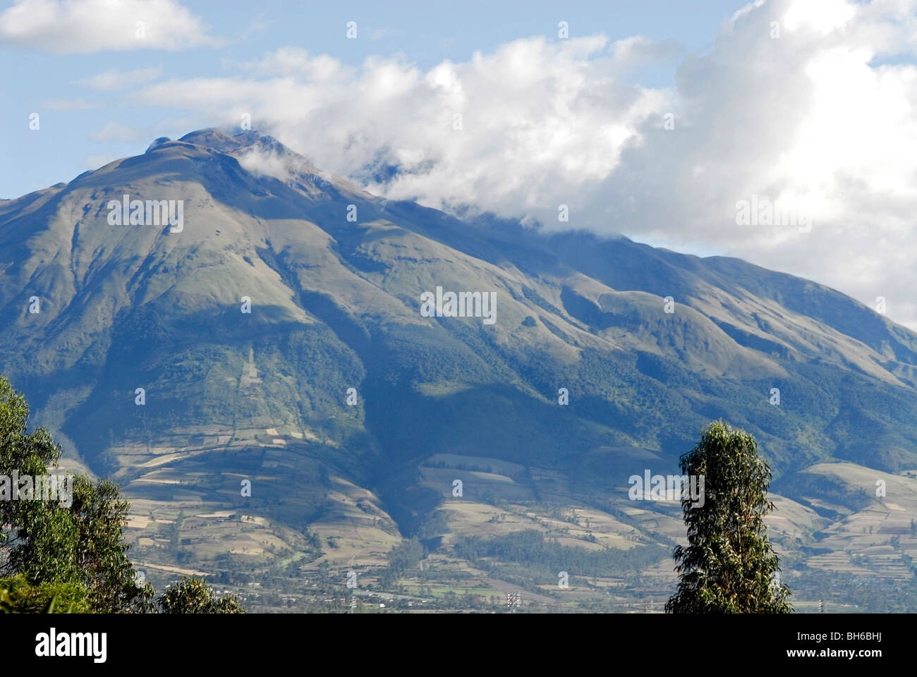 Ecuador, Yuarmachoa, majestic view of mountain range covered with clouds - Stock Image