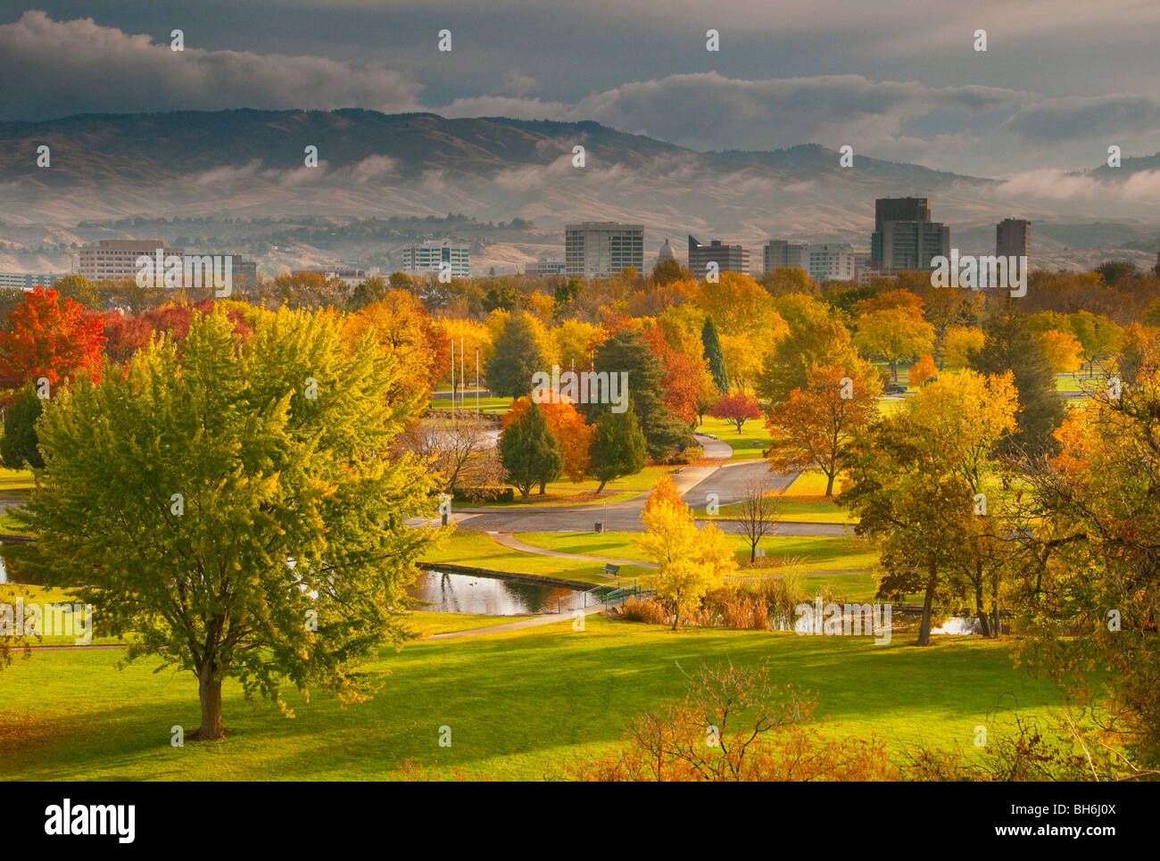 Idaho, Boise. Colorful autumn cityscape of Ann Morrison Park and downtown with the foothills beyond. - Stock Image
