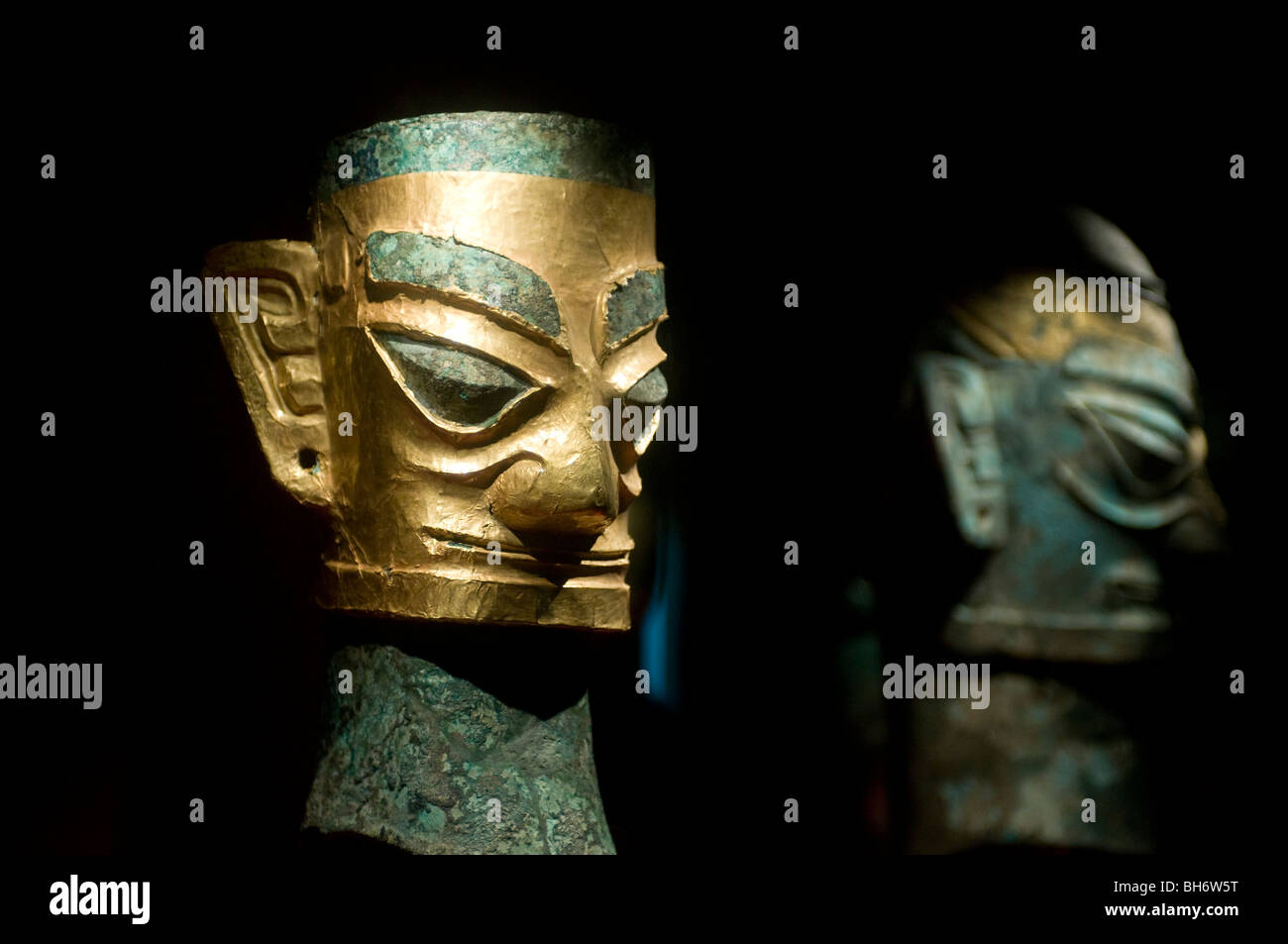 Bronze and gold heads at Sanxingdui Three Mounds Museum; Shu civilisation relics 1000-1200 BC; Guanghan, Sichuan - Stock Image