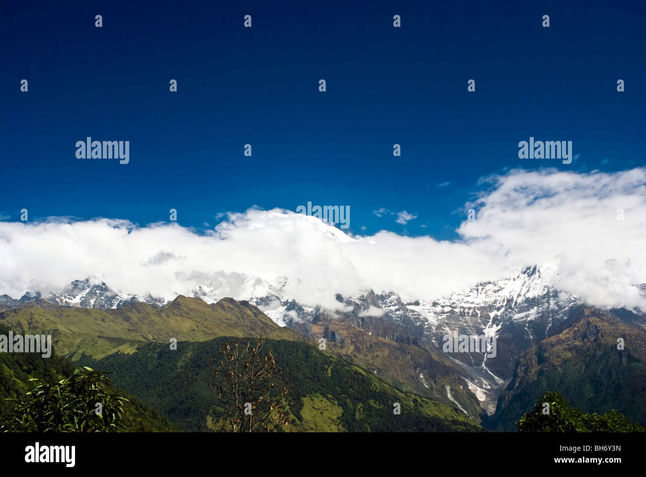 Snow Mountains Landscapes under blue sky and white clouds of Himalayas Nepal - Stock Image