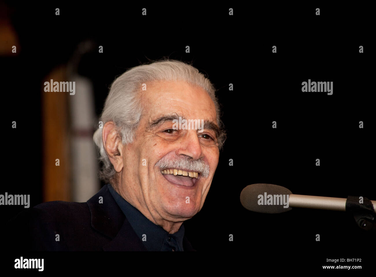 Omar Sharif talking at St John's Church, Cairo, February 2010, on tolerance at a showing of his film Hassan - Stock Image