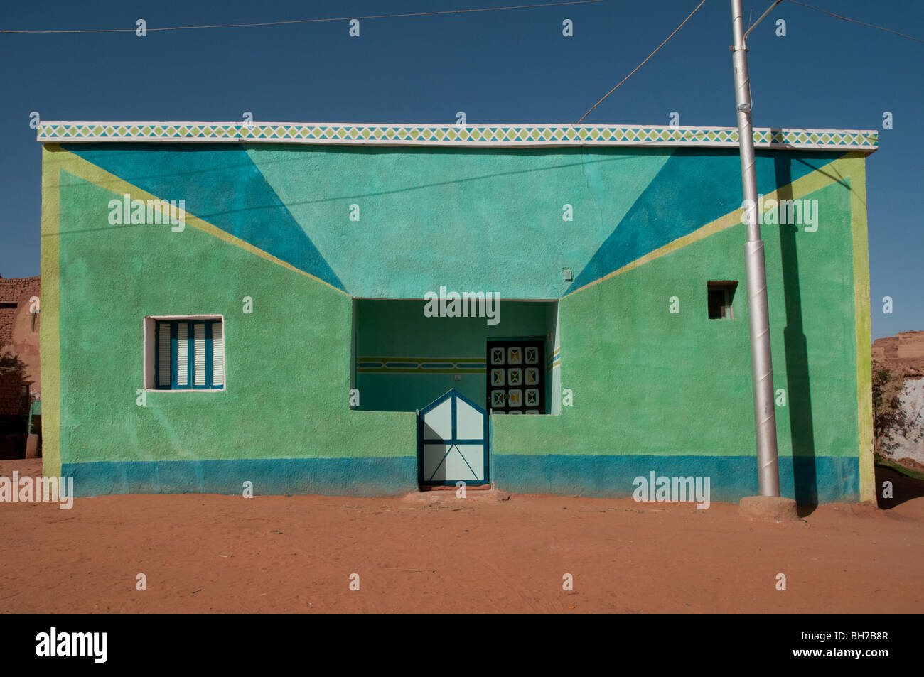 A colourful concrete Egyptian house in the Saharan village of Balat, in Dakhla Oasis, in the Western Desert of the - Stock Image