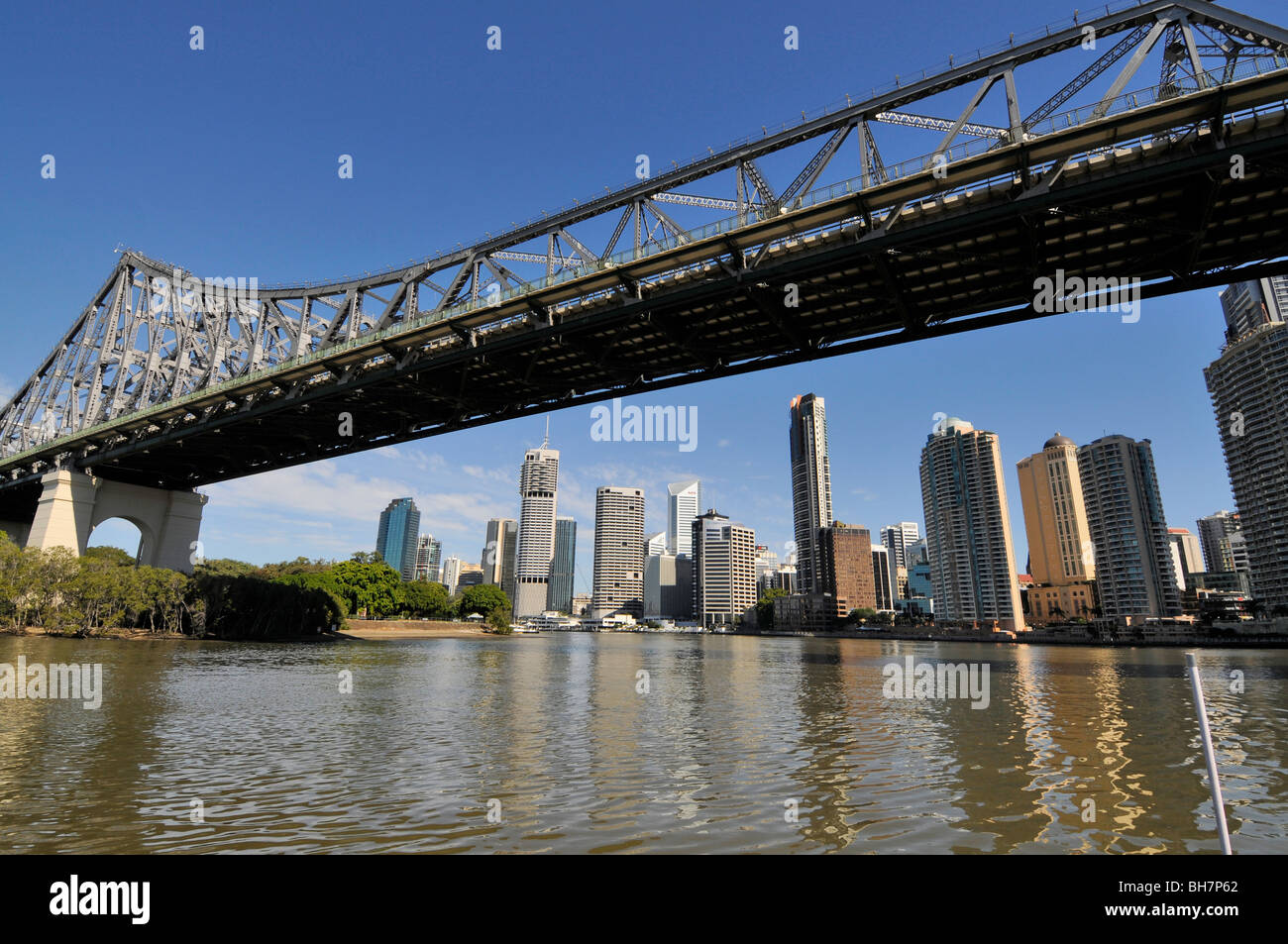 The Story Bridge spans the Brisbane river and skyline of Brisbane, Queensland, Australia. - Stock Image