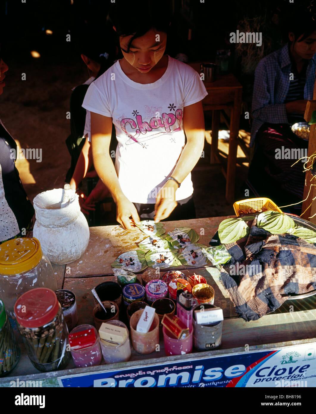 Girl producing Betel Nuts Junges Mädchen bei der Herstellung von Betelbissen Kayin State Myanmar Burma - Stock Image