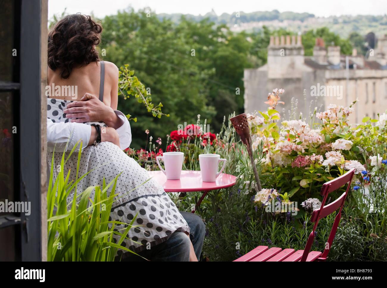 couple hugging on balcony - Stock Image