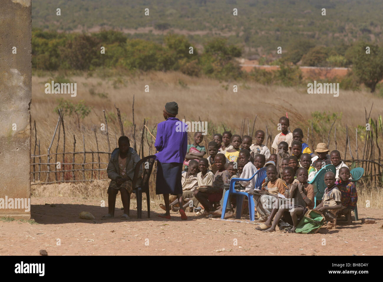 Children at school between Kuvango and Cutatoi, Southern Angola, Africa. The class room is outside. - Stock Image