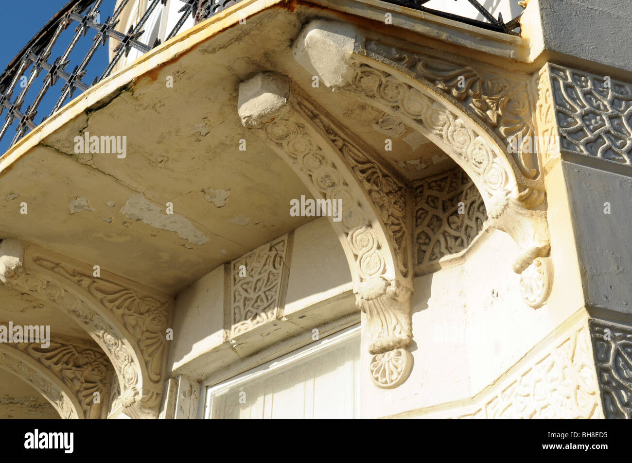 Ornate cornice on a townhouse - Stock Image
