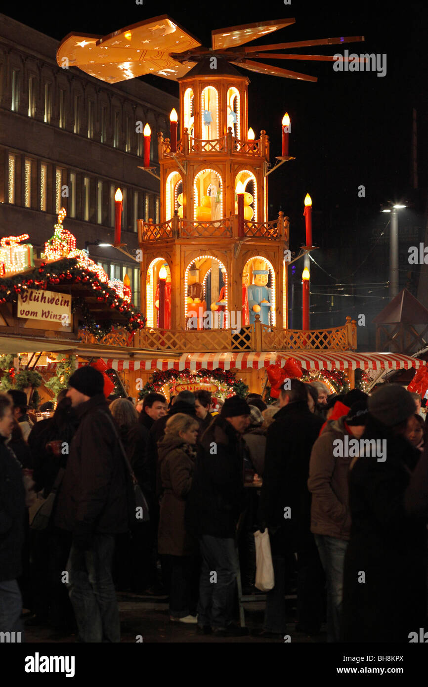 Christmas pyramid and hot wine punch (Glühwein) stall on Christmas market in Halle (Saale), Germany - Stock Image