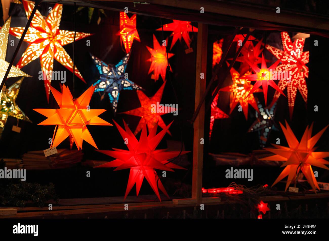 Christmas stars on Christmas market - Stock Image
