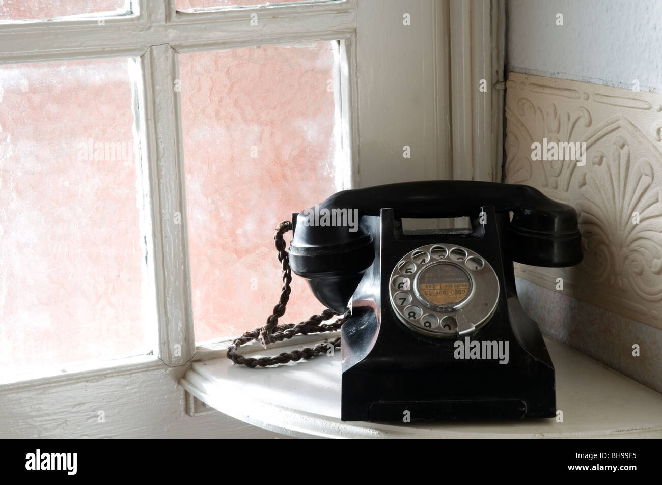 An old-fashioned Bakelite telephone. - Stock Image