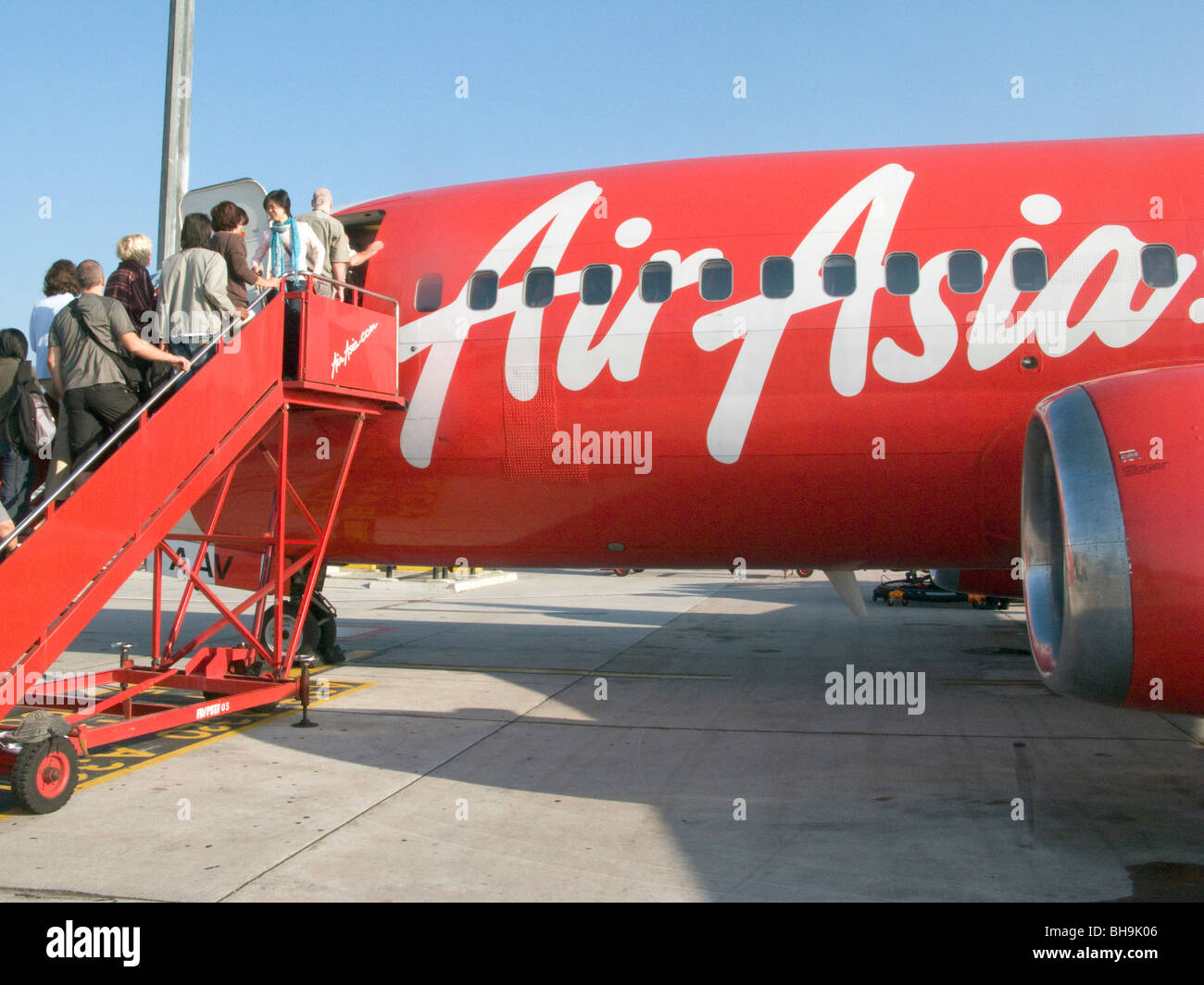 THAILAND PASSENGERS BOARDING AN AIR ASIA INTERNET FLYING COMPANY PLANE AT BANGKOK AIRPORT. Photo © Julio Etchart - Stock Image