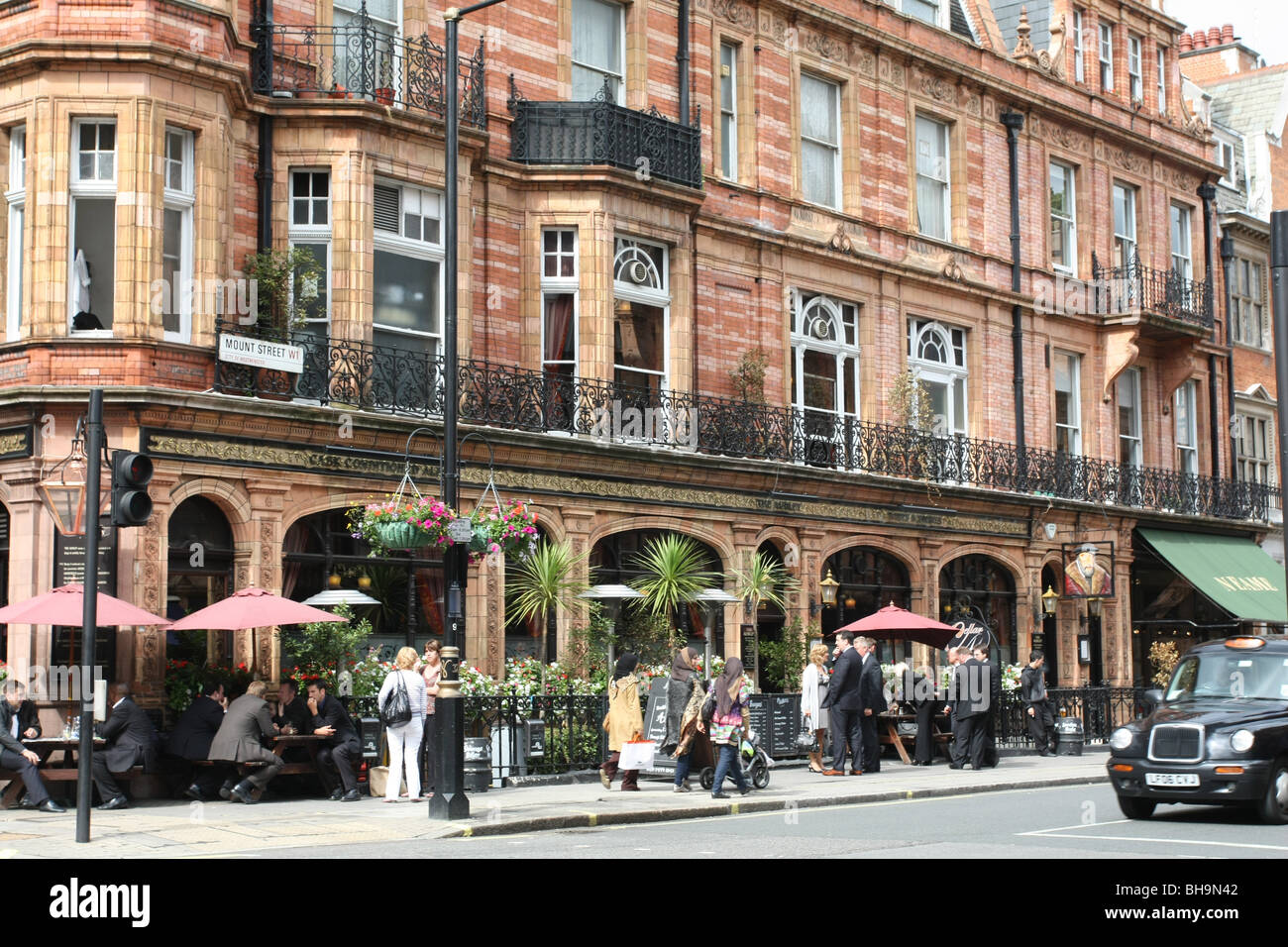 London, Mayfair district street with restaurant - Stock Image