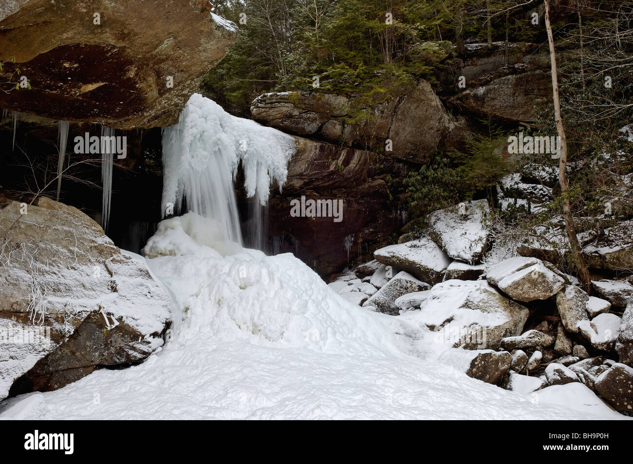 Snow and Ice Surrounding Eagle Falls in Cumberland Falls State Park in Kentucky - Stock Image
