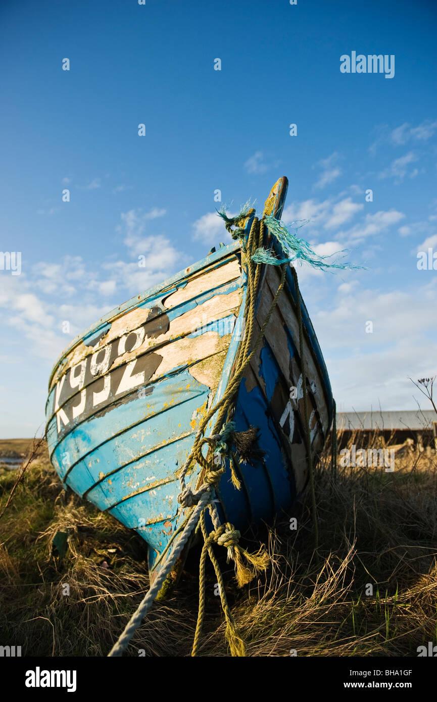 Abandoned boat on shore, Burwick, South Ronaldsay, Orkney, Scotland - Stock Image