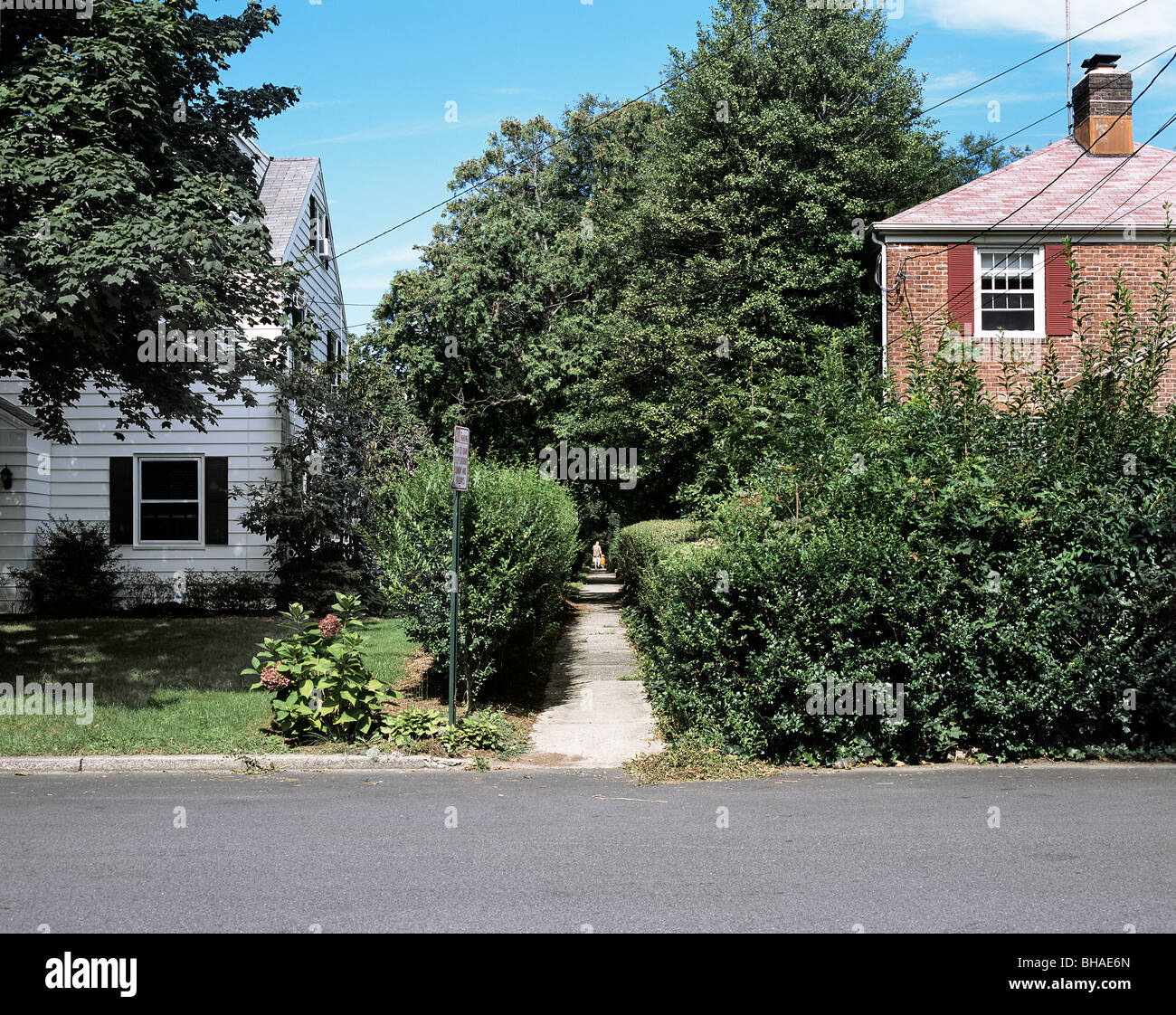A footpath route between houses in part of the Radburn model suburb, Fair Lawn, New Jersey, USA - Stock Image