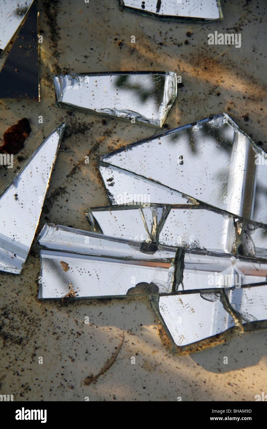 broken mirror on floor ground Stock Photo: 27894985 - Alamy
