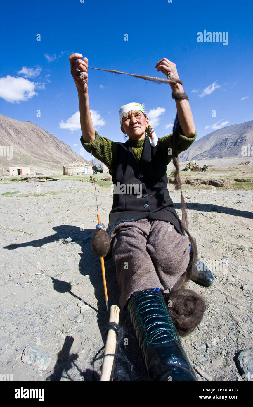 Spinning wool in Jalang Village in the Pamirs in Tajikistan - Stock Image