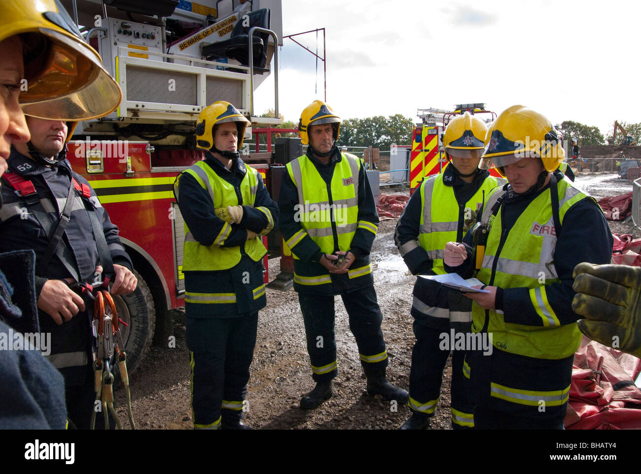 Incident commander fire officer instructing his team prior to a training exercise - Stock Image