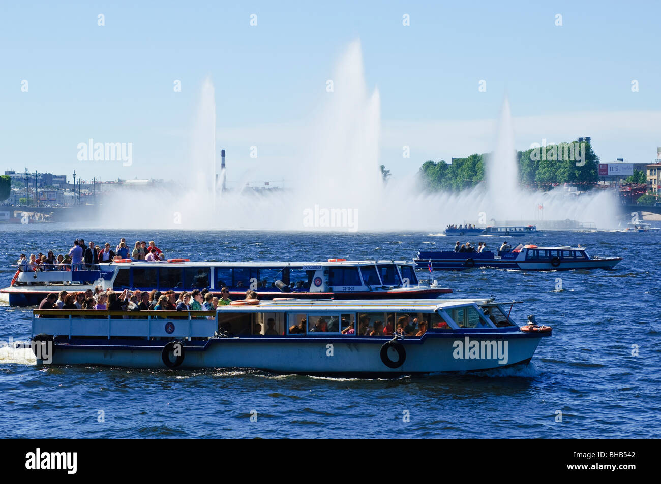 Tourist boats and fountains in the River Neva, St Petersburg, Russia - Stock Image