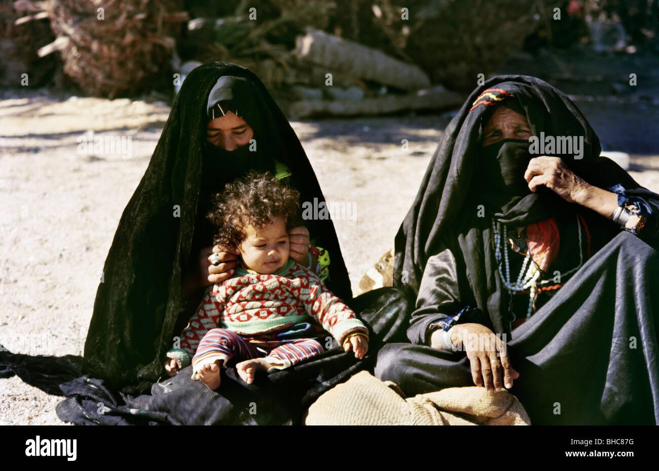 Sinai Egypt Nuweiba Bedouin Women Child On Beach - Stock Image