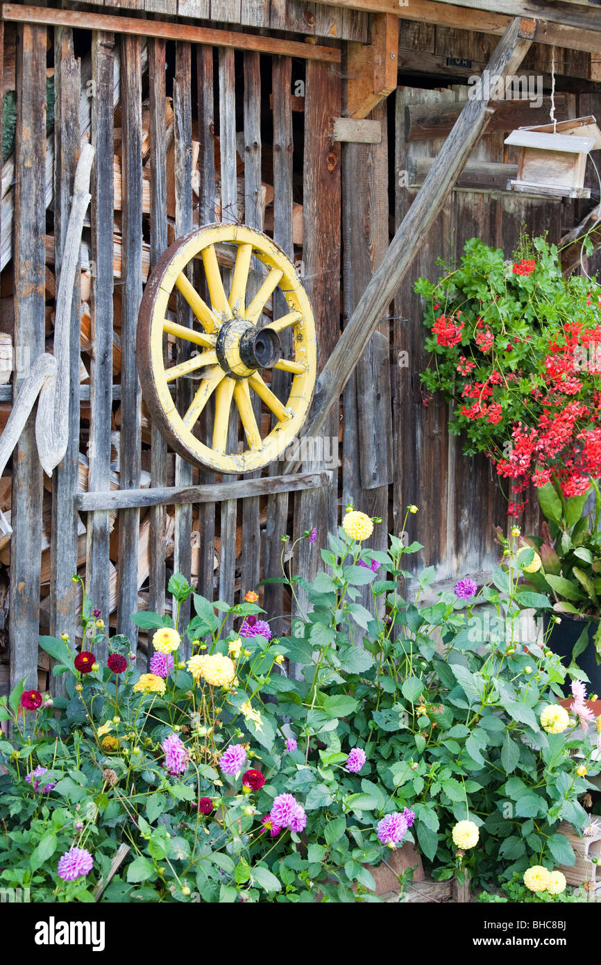 Wood shed and old-fashioned cartwheel - Stock Image