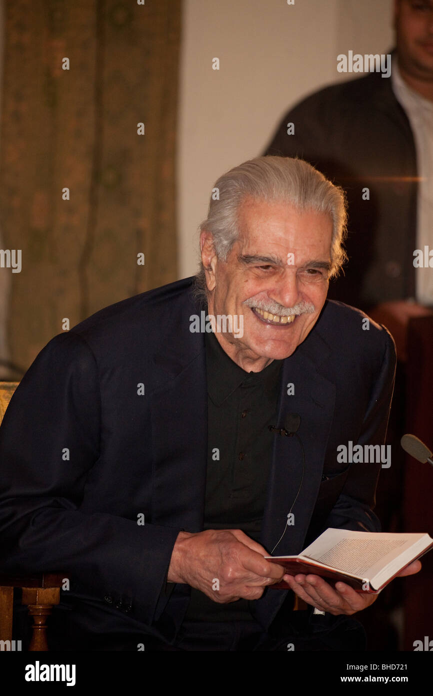 Omar Sharif giving a book reading at the American University in Cairo, Egypt, February 2010, celebrating the university - Stock Image