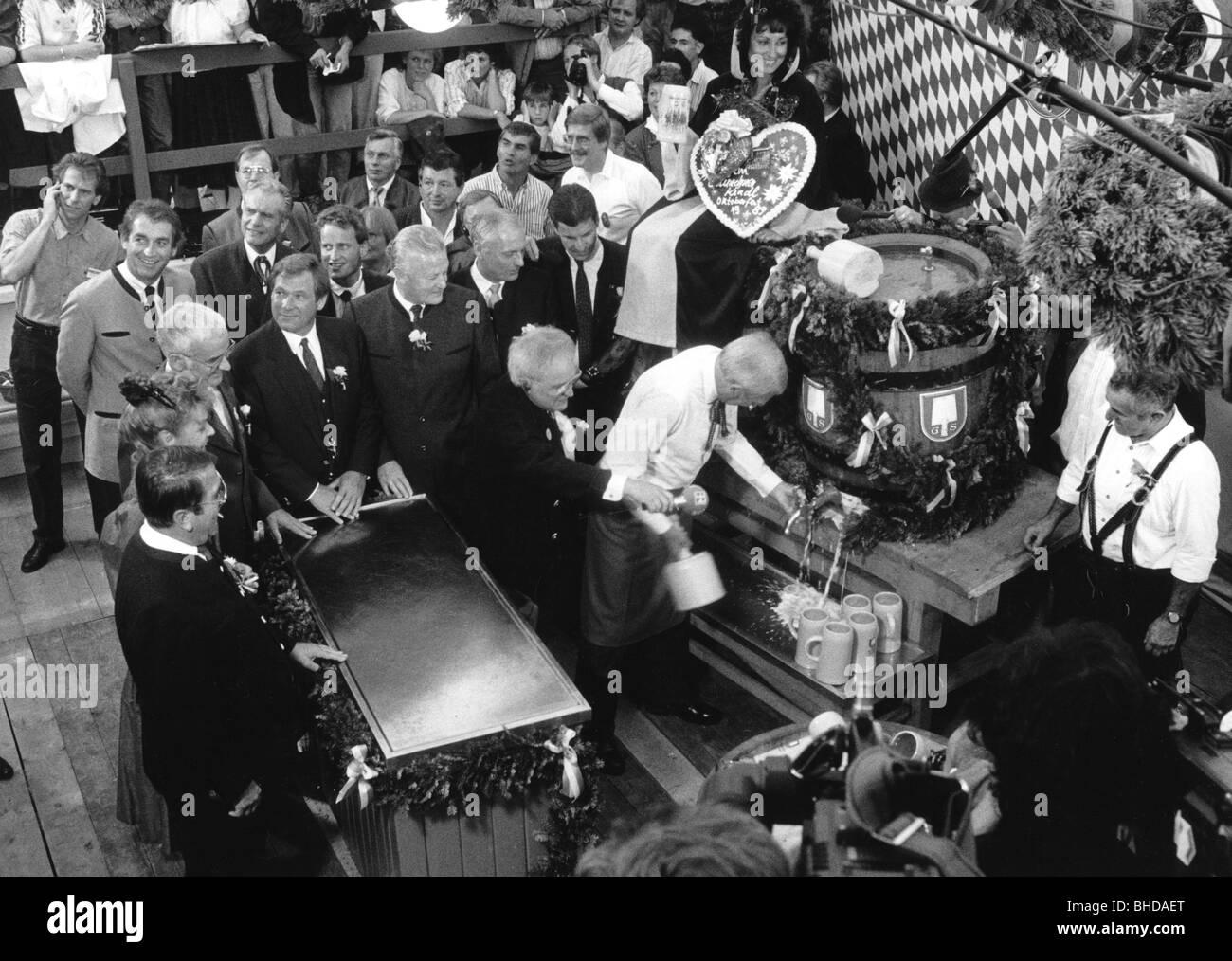 Kronawitter, Georg 21.4.1928 - 28.4.2016, German politician (SPD), scene, Oktoberfest, keg tapping, 1989, with Max - Stock Image