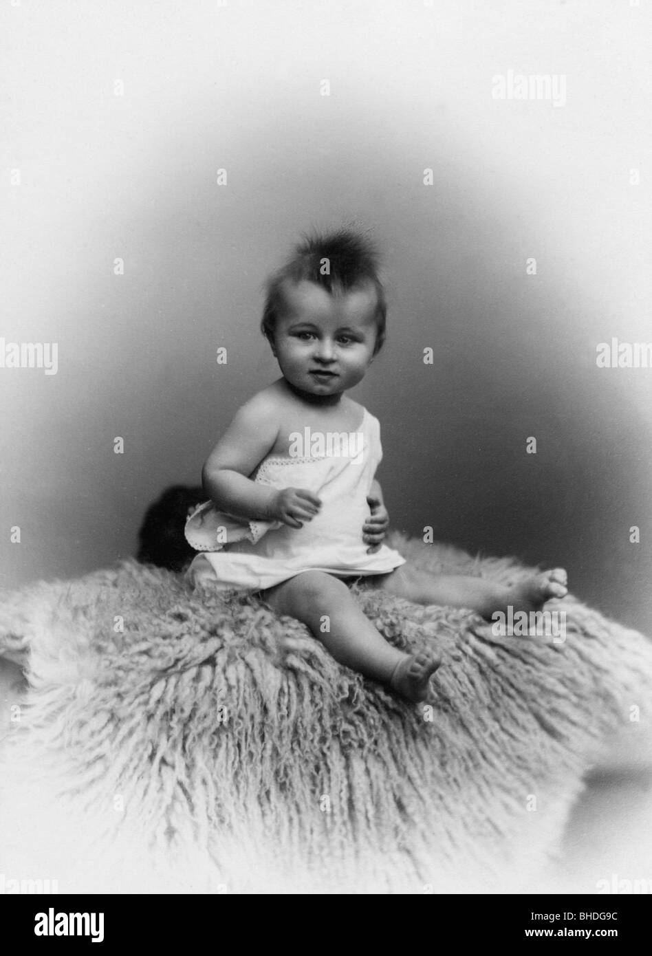 people, children, infants (up to 5 years), little child on fur, Düsseldorf, circa 1900, Additional-Rights-Clearances - Stock Image