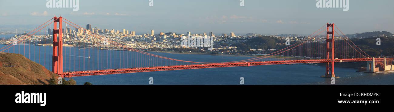 Golden Gate Bridge and city Skyline behind - Stock Image