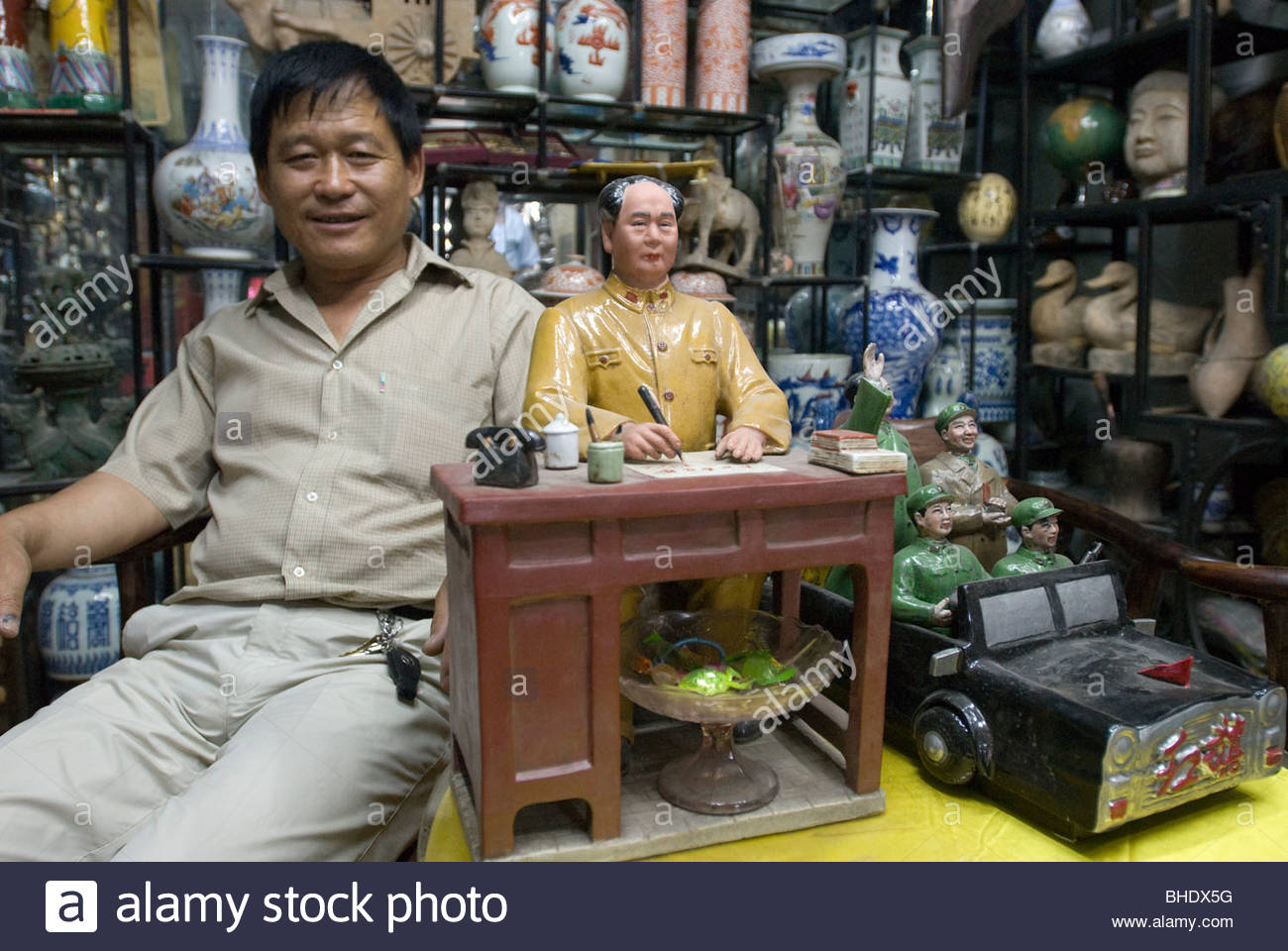 Selling objects whorshipping Mao Zedong on the antique dealer's street. Beijing, china - Stock Image