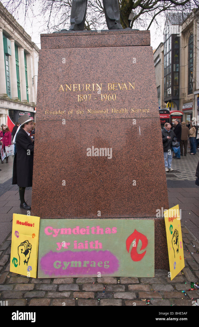 Welsh Language Society, Cymdeithas yr iaith Gymraeg, protest at Aneurin Bevan statue in Cardiff, South Wales, UK Stock Photo