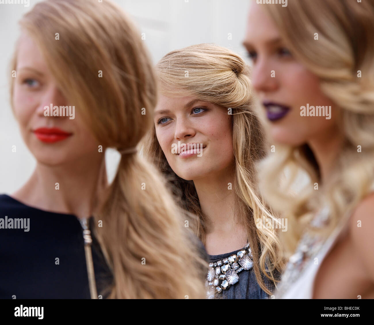 MODELS POSE AT L'OREAL FASHION OPENING AT FEDERATION SQUARE MELBOURNE VICTORIA AUSTRALIA - Stock Image
