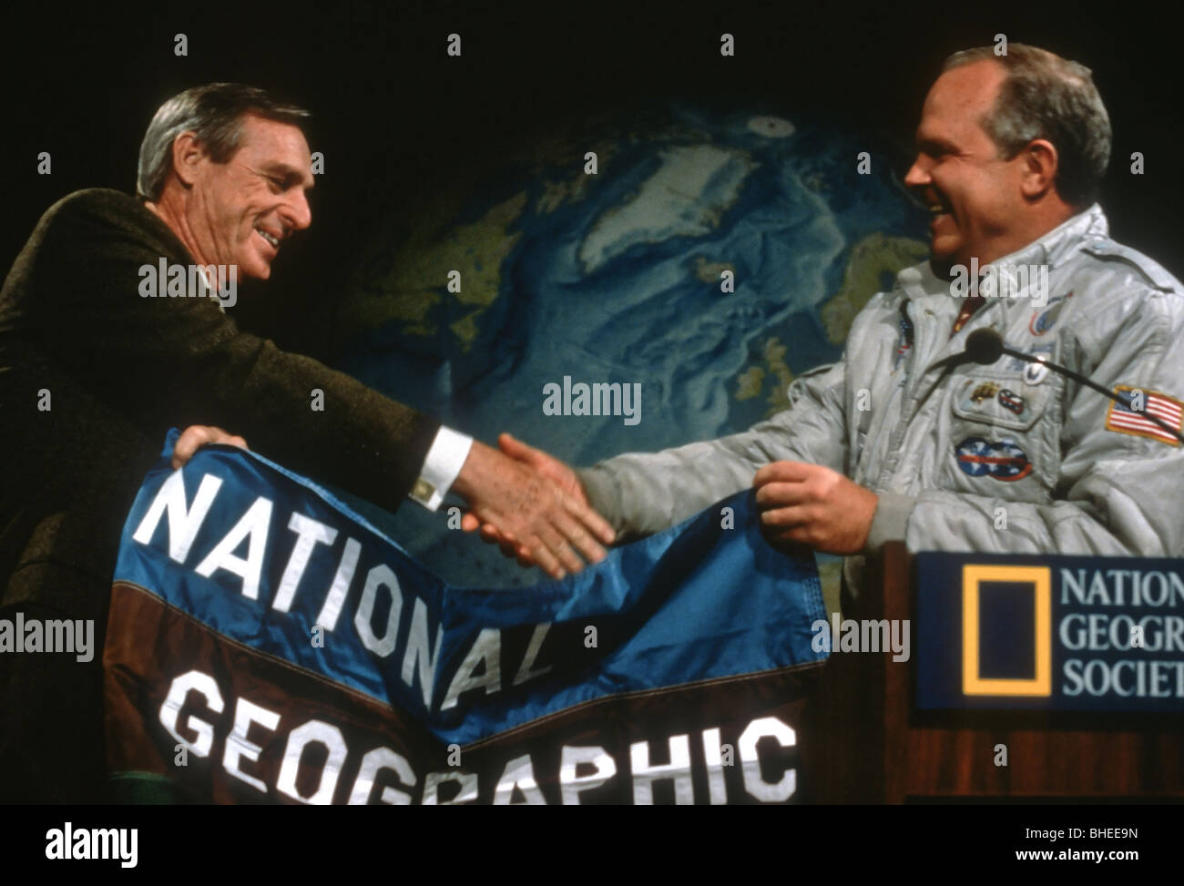 Adventurer Steve Fossett (R) is welcomed by Reg Murphy, president of the National Geographic Society at their headquarters - Stock Image