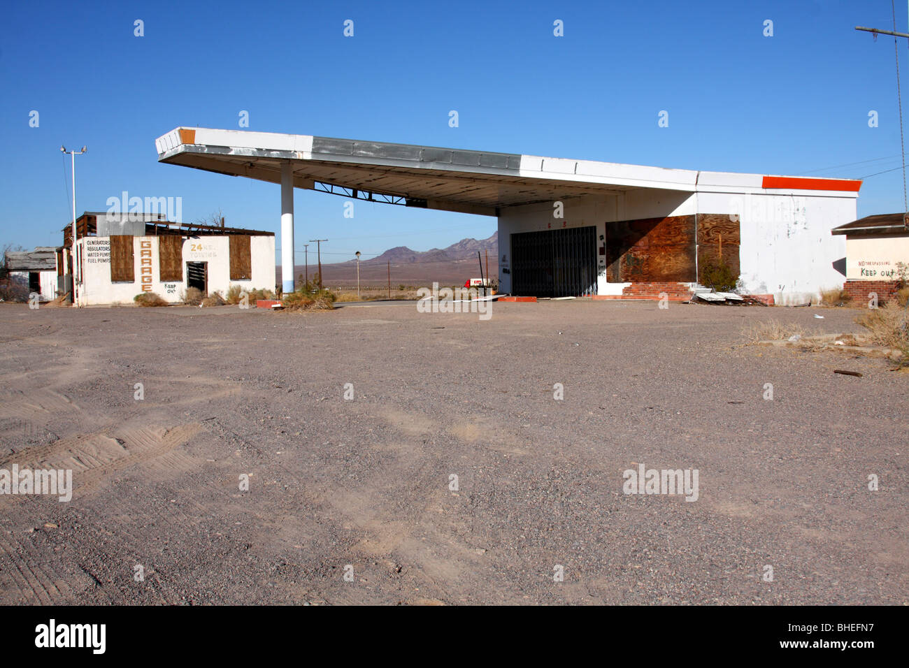 Abandoned Gas Station And Garage Along Route 66 In Ludlow Stock Photo Alamy