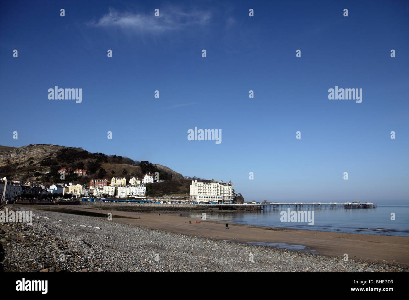 view towards the pier and bay of llandudno conway clwyd north wales uk - Stock Image