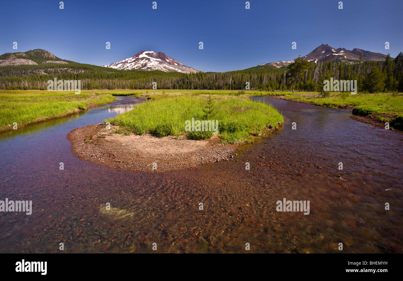 SPARKS LAKE, OREGON, USA - Soda Creek oxbow and South Sister volcano, Cascades mountains in Central Oregon. - Stock Image