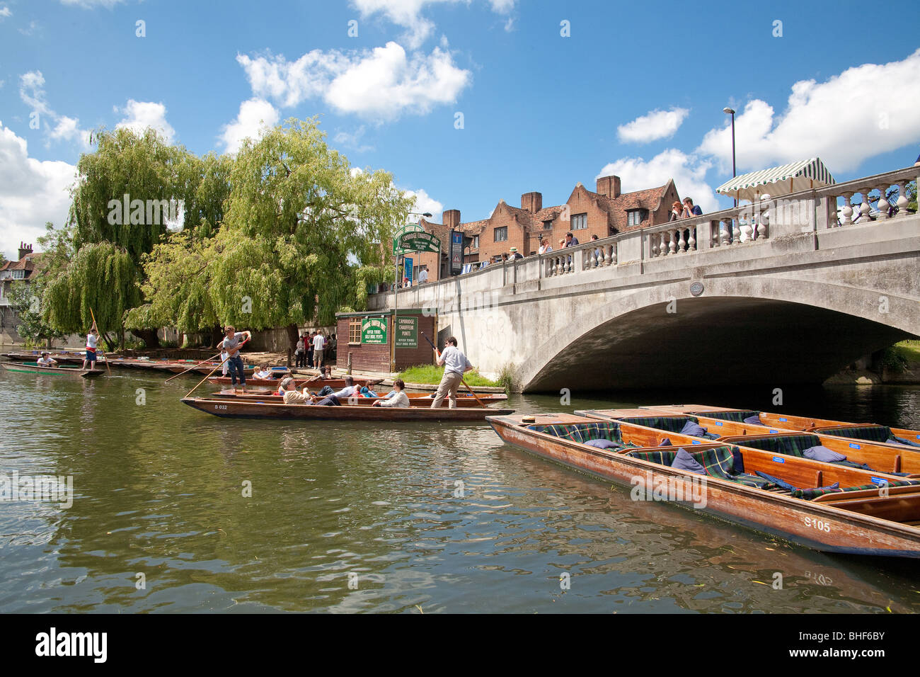 Punting by the Cambridge Chauffeur Boat Station, Silver Street Bridge - Stock Image