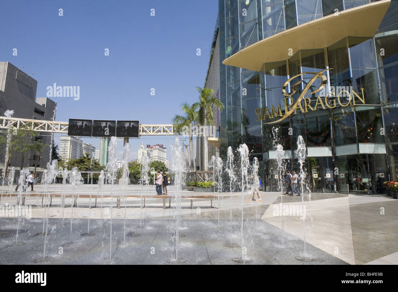 Fountain in front of shopping center Siam Paragon under blue sky, Rama I Road, Pathum Wan, Bangkok, Thailand, Asia - Stock Image