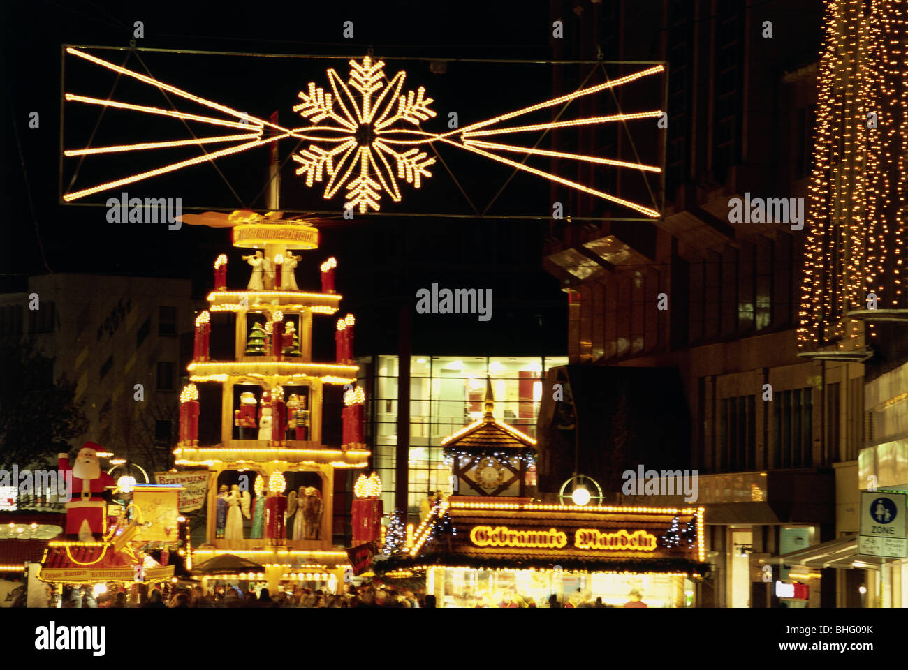 geography / travel, Germany, North Rhine-Westphalia, Dortmund, markets, Christmas market, pyramid, night shot, Additional - Stock Image